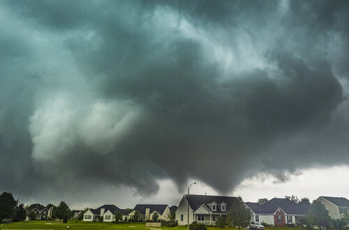 Sycamore IL twin tornadoes in town.jpg